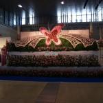 大きい花祭壇が正面に